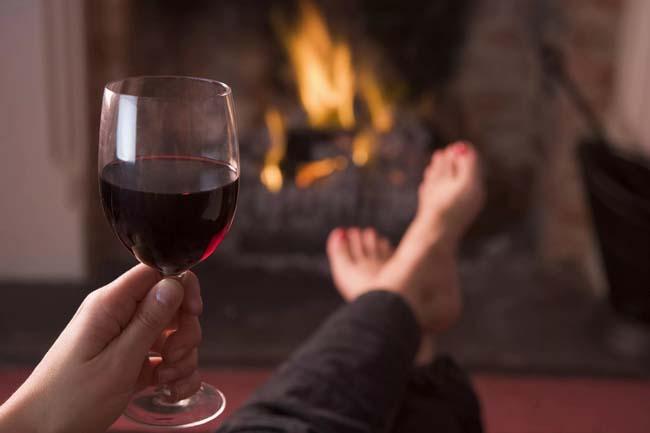 вечерний отдых за бокалом вин