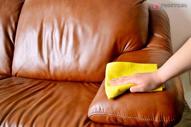 удаление пятна от вина с дивана