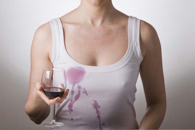 пятно от вина на белой майке