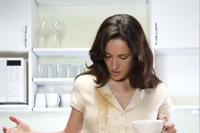 пятно от кофе на белой блузке