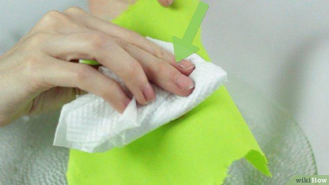 салфеткой убираем загрязнение с одежды