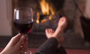 Как отстирать красное вино с белой одежды после вечеринки?