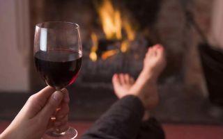 Расскажем как отстирать красное вино с белой одежды