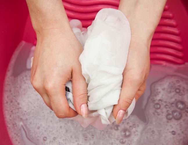 использование хозяйственного мыла для удаления пятен от граната