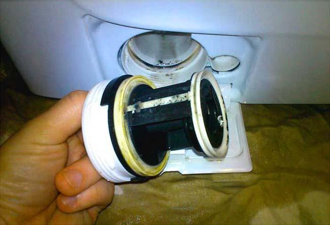 загрязнённый фильтр от стиральной машинки