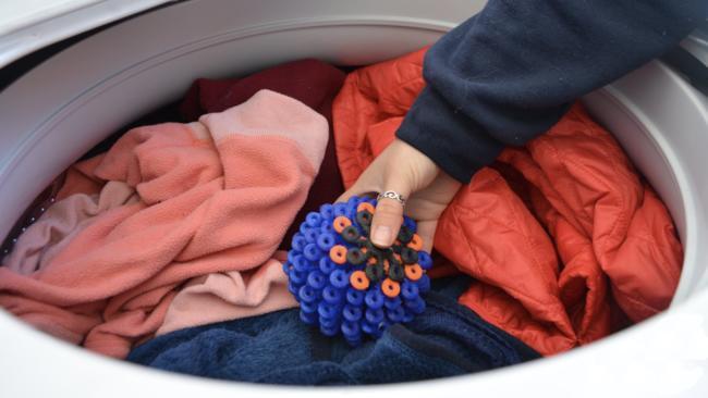 стираем белье с шарами для стирки