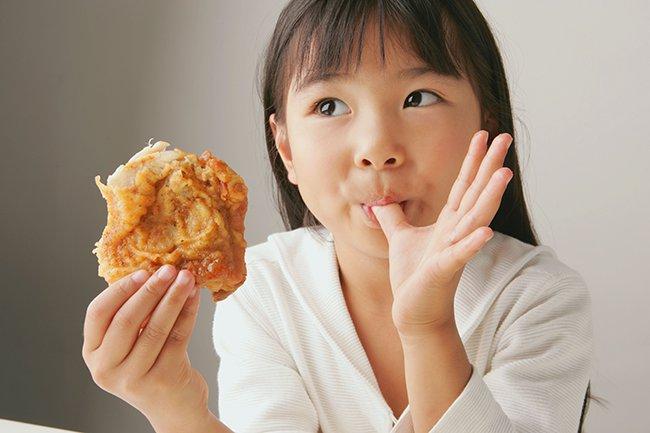 жирное пятно на одежде от еды