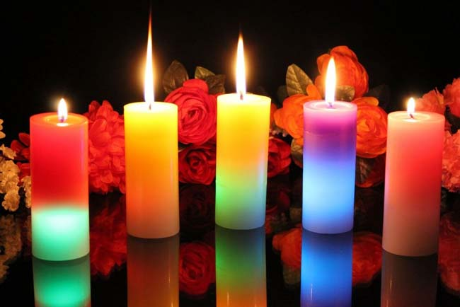 новогодние свечи на столе