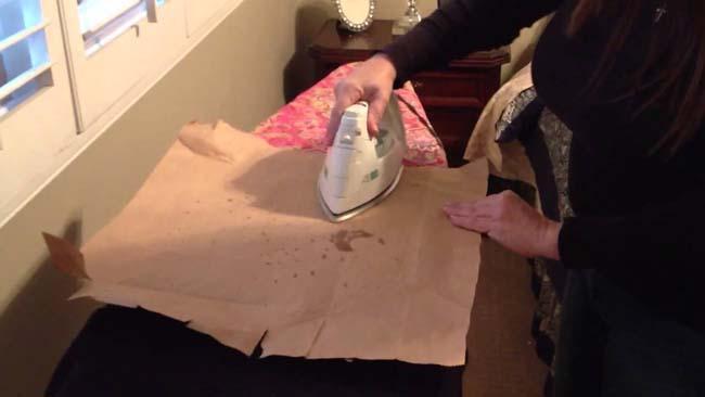 бумага впитывает расплавленный воск, если прогладить пятно утюгом