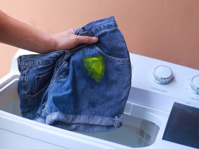 джинсы с пятном от краски пытаемся отстирать в стиральной машине