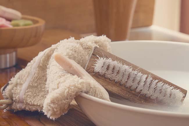 замачиваем полотенце и оттираем крем щеткой