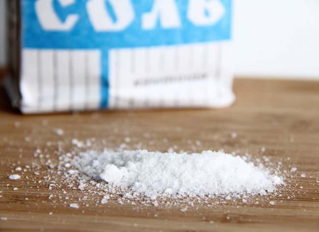 соль поможет справиться с пятнами жира на бумаге