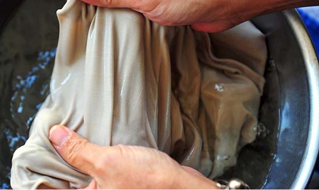 застирываем одежду в теплой воде руками