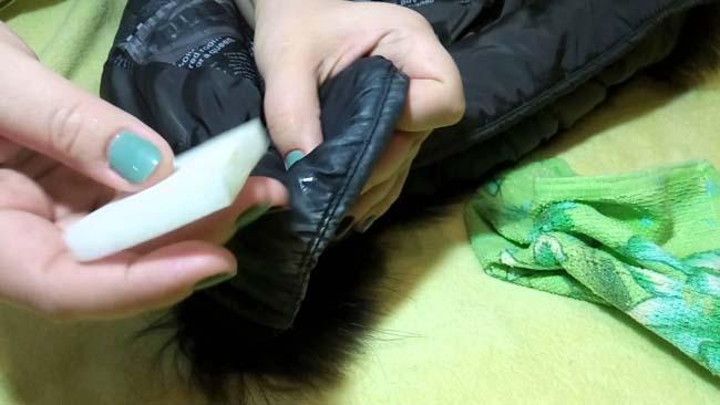 отстирываем пятно от тонального крема с куртки