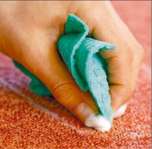 удаляем пятно от масла мыльным раствором с помощью губки