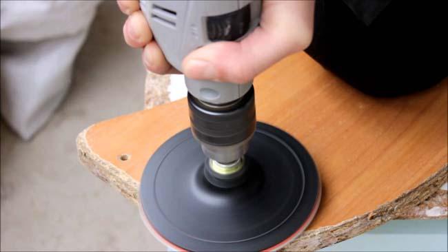 полировальной губкой с помощью дрели снимем следы скотча с пластика