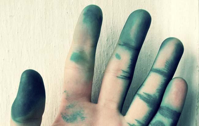 для удаления пятен зелёнки с кожи не используйте чистящие средства