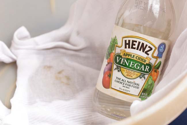 удалять пятна пота с белой одежды нельзя с помощью уксуса