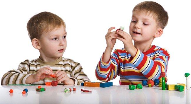 дети играют с пластилином
