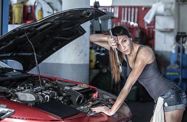 ремонтируя авто вся испачкалась машинным маслом