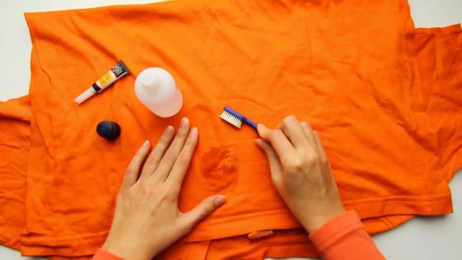 очищаем пятно от супер клея на одежде