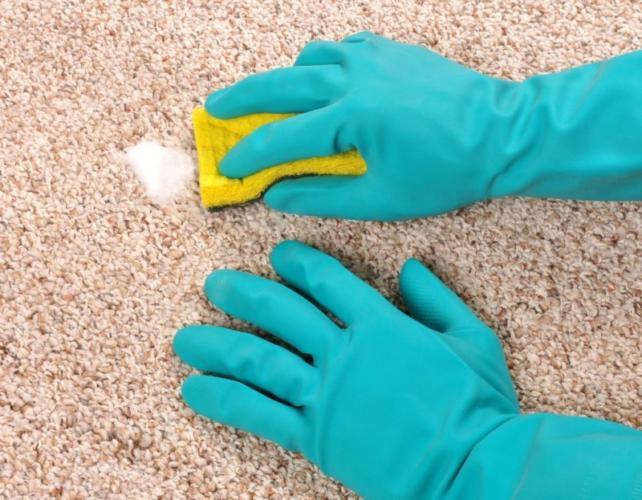 применени бытовой химии для удаления пятна с ковра от зеленки
