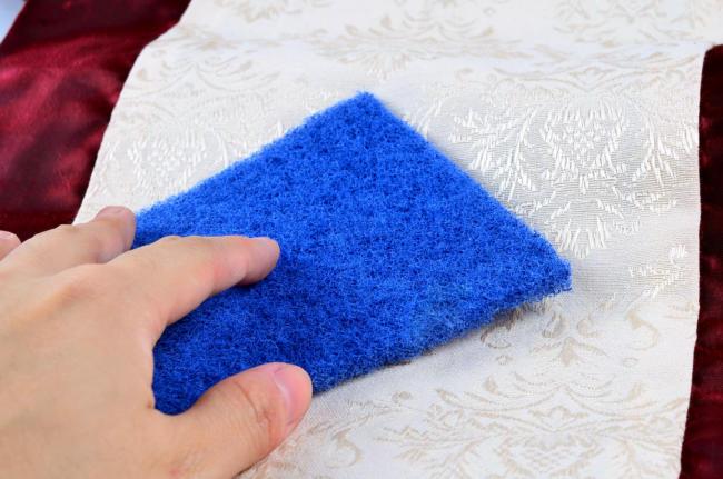 удаляем пятна со скатерти с помощью хозяйственного мыла