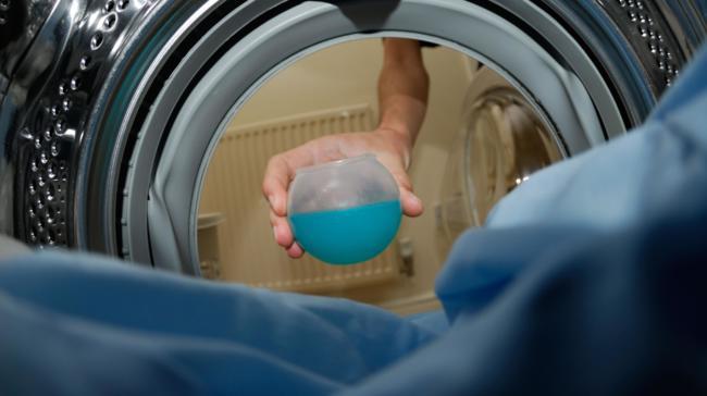 добавляем средство для стирки пуховиков в стиральную машину