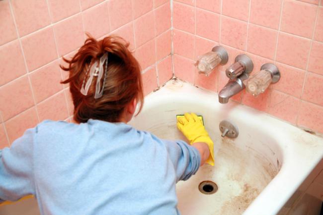 очищаем ванну от налета
