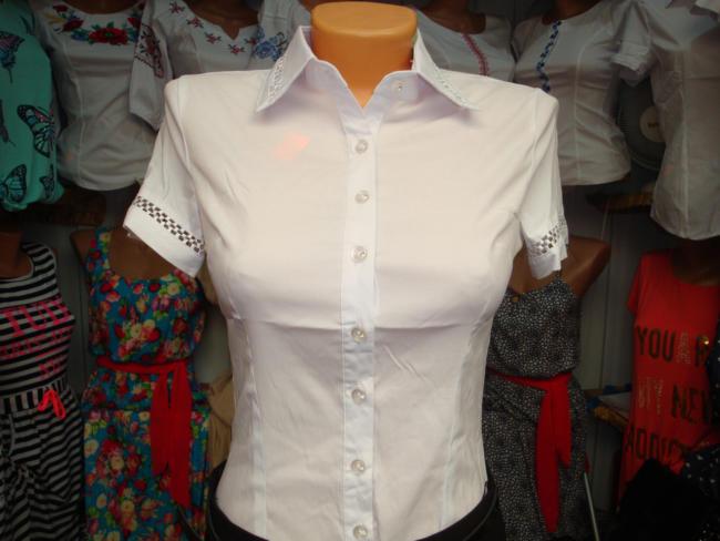 новая белоснежная блузка на манекене