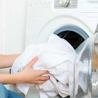 загружаем белье в стиральную машину