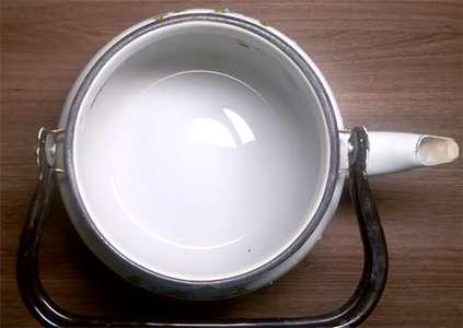 чистим эмалированный чайник