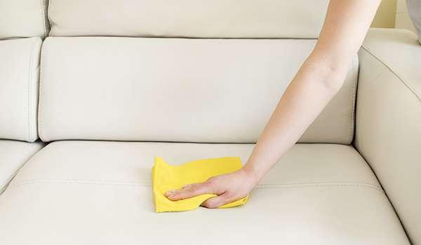 сухой чистой салфеткой промокните пятно мочи