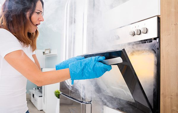 Устранить неприятный запах гари в квартире помогут народные и профессиональные средства